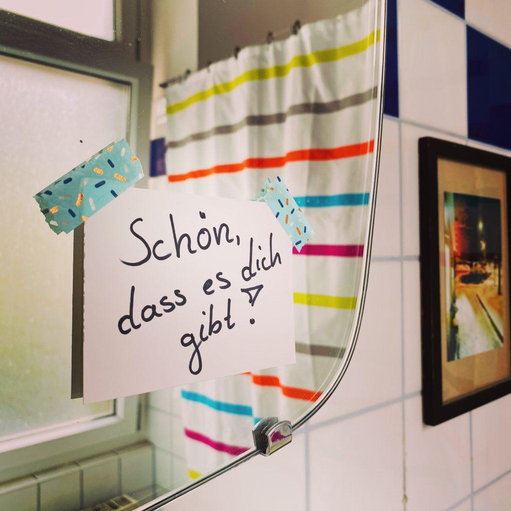 """Zettel an Badezimmerspiegel mit Aufschrift """"Schön, dass es dich gibt"""""""
